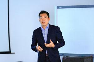 正在演讲的贝那上海的铃木总经理(11月5号研讨会在上海举办)